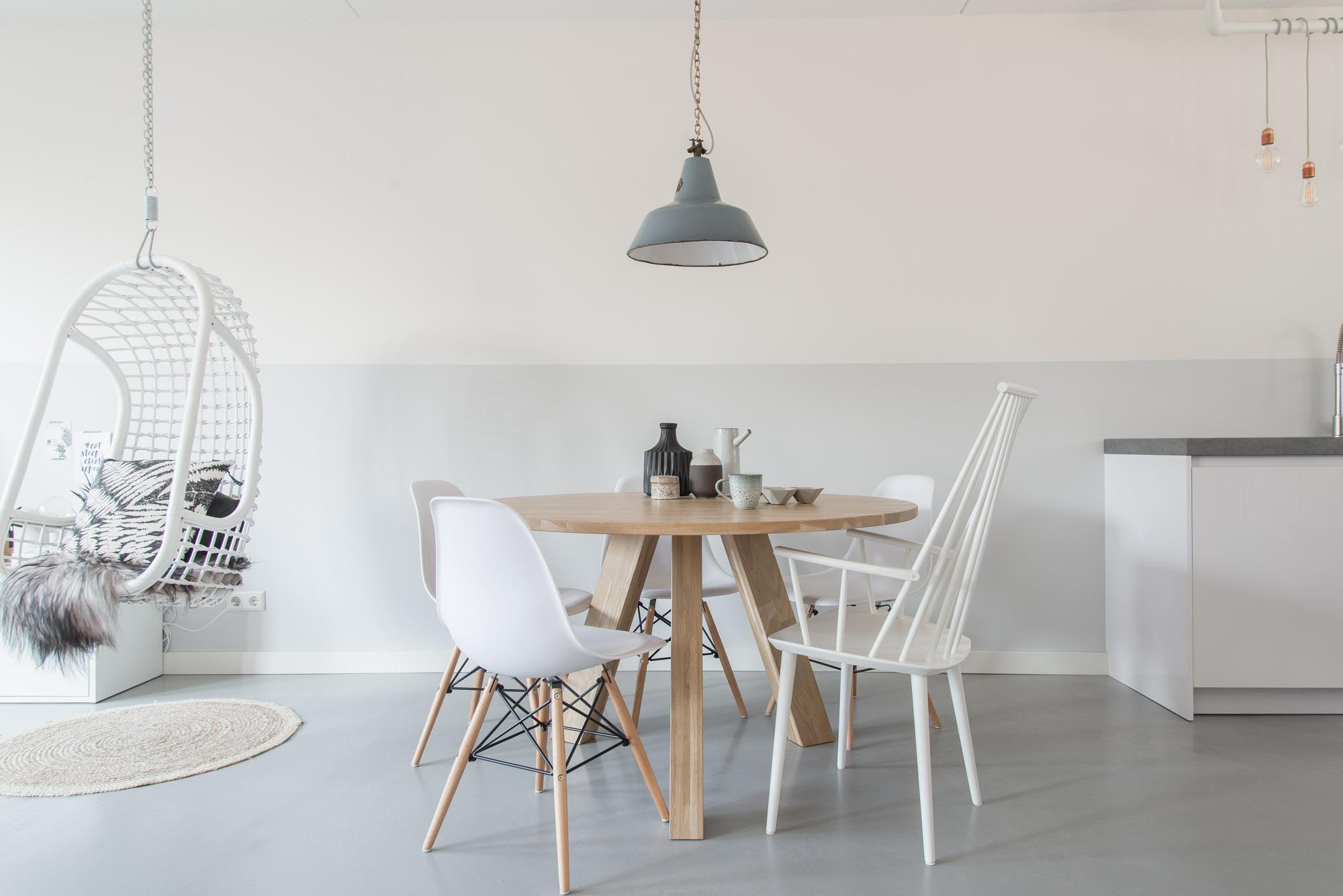 Ronde Tafel Scandinavisch Design.Tafel Met Verschillende Stoelen Mix En Match Je Favoriete Stoelen